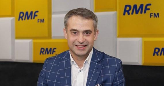 """""""Wybierzemy go w gronie trzech partii. Wiosna, Razem i SLD zdecydowały, że to będzie wspólny kandydat – to najważniejsze. Myślę, że będzie to na przełomie grudnia i stycznia"""" – tak o sposobie i terminie wyboru kandydata Lewicy na prezydenta mówił w Porannej rozmowie w RMF FM Krzysztof Gawkowski. Przewodniczący klubu parlamentarnego Lewicy przyznał, że Robert Biedroń jeszcze nie zdecydował czy będzie chciał wziąć udział w wyborach prezydenckich. """"My namawiamy i Zandberga i Biedronia, ale ta lista się na pewno na tej dwójce nie zamyka. Mówiłem wielokrotnie – nawet u pana tutaj – że jest kilkoro fajnych kandydatek i kandydatów. Kilka dni, tygodni potrzeba na zamknięcie tych rozmów. Dzisiaj na Lewicy jesteśmy gotowi na kandydata i kandydatkę, która będzie reprezentowała wszystkie nasze stanowiska. Zrobimy to na pewno, kandydat nasz będzie, ale nie jesteśmy Platformą, nie pójdziemy drogą żadnych prawyborów. Mamy swoje ciała statutowe i na tym zamykamy""""."""