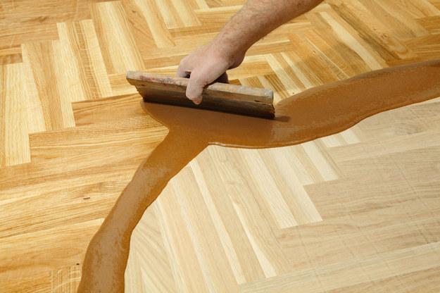 Szybko, tanio i bez cyklinowania. Tak odnowisz drewnianą podłogę