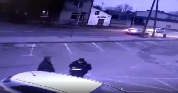 Kolejne potrącenie na przejściu dla pieszych. Do wypadku doszło w Myszkowie w Śląskiem. Jego świadkiem był policjant. Funkcjonariusze – ku przestrodze – opublikowali nagranie z miejsca zdarzenia.