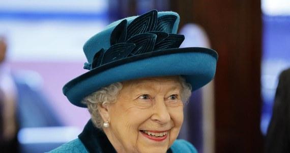 Emerytura dla Elżbiety II? Spekulują na ten temat brytyjskie media. Wielu poddanym królowej może wydawać się, że jest nieśmiertelna. Czas jednak biegnie nieubłaganie. Dwa lata temu, mąż królowej, książę Filip, całkowicie wycofał się z życia publicznego. Miał wówczas 96 lat.