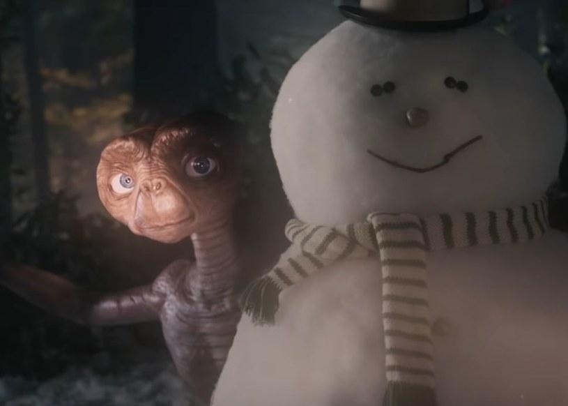 """37 lat po premierze filmu """"E.T."""" Stevena Spielberga tytułowy kosmita wrócił na Ziemię. W świątecznej reklamie wyemitowanej przez telewizje Sky spotyka się z dorosłym już Elliottem (w tej roli odtwórca roli chłopca w filmie Spielberga - Henry Thomas)."""