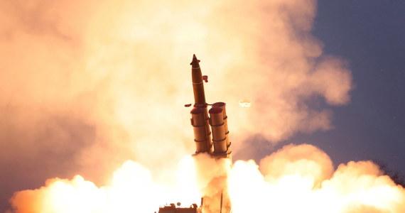 Kim Dzong Un, który osobiście nadzorował wystrzelenie w czwartek 2 pocisków z wieloprowadnicowej wyrzutni rakiet, jest bardzo zadowolony z przebiegu testu - podała Koreańska Centralna Agencja Prasowa (KCNA). To już trzecia próba z wykorzystaniem tej wyrzutni.