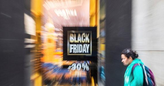 """W """"czarny piątek"""" handlowcy zarobią nawet 40-45 proc. więcej niż w inne dni listopada - wskazują handlowcy zrzeszeni w Polskiej Radzie Centrów Handlowych. W zeszłym roku było to ok. 35 proc. wzrostu - podali."""
