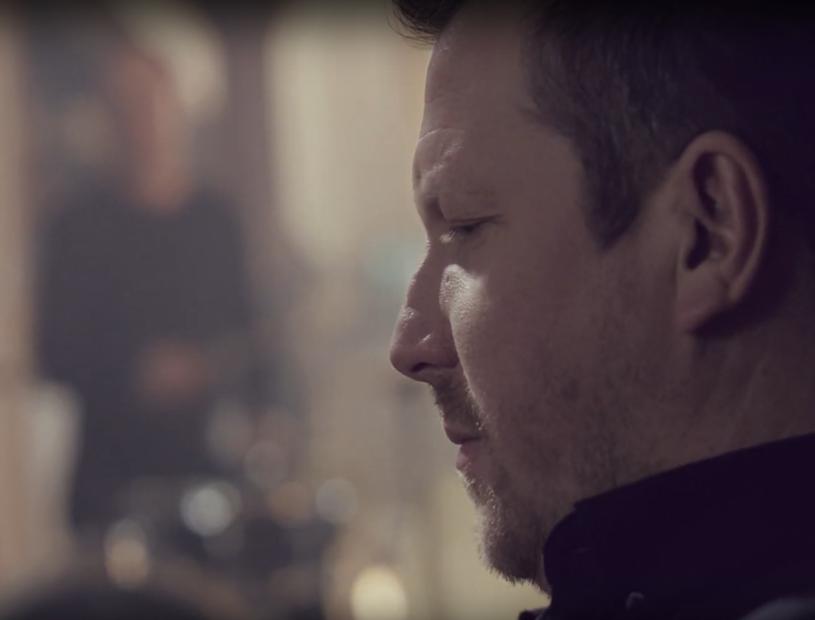 """W marcu nowym wokalistą grupy Mafia został pochodzący z Lublina Michał Ostrowski. Jego debiutem w składzie popularnej głównie w latach 90. formacji jest teledysk do piosenki """"Ona tak ma""""."""