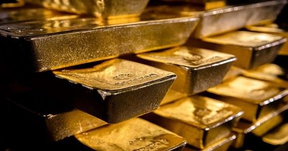Osiem transportów pod specjalnym nadzorem było potrzebnych, by przewieźć polskie złoto z Londynu do Polski. Za każdym razem trzeba było przewieźć tysiąc sztabek, z których każda ważyła 12,5 kilograma. Sztabki spakowane były w drewniane skrzynie. To był jeden z największych transportów złota w historii - podaje międzynarodowa firma ochroniarska G4S, która współorganizowała sprowadzenie 100 ton złota z brytyjskiej stolicy.