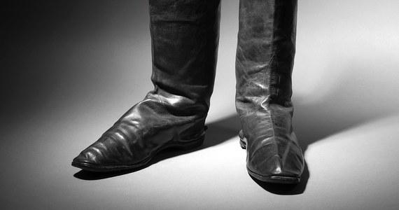 """Za ponad 117 tysięcy euro sprzedano na aukcji w Paryżu parę butów Napoleona Bonaparte. """"Żyją jeszcze wielbiciele cesarza i jest ich całkiem sporo"""" – napisano na twitterowym koncie domu aukcyjnego Drouot. Organizatorzy aukcji spodziewali się, że buty znajdą nabywcę za najwyżej 80 tysięcy euro."""