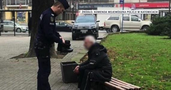 Policjanci patrolujący ulicę w Katowicach dostrzegli bezdomnego, który zamiast butów miał na nogach foliowe worki. Choć mężczyzna zniknął im z oczu, udało im się go w końcu odnaleźć. Tym razem bezdomny miał już buty, ale było to letnie obuwie. Policjant podarował mężczyźnie własne zapasowe, służbowe buty.