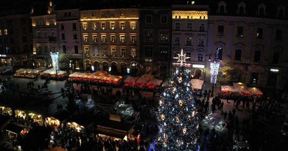 Na Rynku Głównym w Krakowie rozbłysła świąteczna choinka. Bożonarodzeniowe drzewko stoi przed kościołem Mariackim. Jak co roku rozpoczął się również kiermasz, który tłumnie jest odwiedzany zarówno przez krakowian, jak i turystów z całego świata.