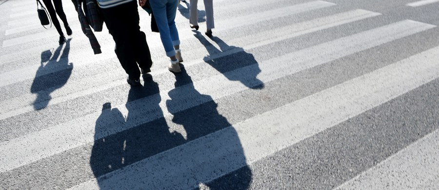 Warszawscy policjanci szukają sprawcy tragicznego wypadku na ulicy Puławskiej. W nocy samochód potrącił tam 50-latka. Mężczyzna zmarł na miejscu.