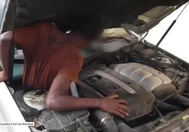 Mężczyzna koło silnika, kobieta za siedzeniem. Imigranci ukryli się w samochodzie