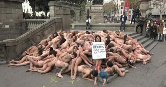 """Obrońcy praw zwierząt zorganizowali w niedzielę w Barcelonie nagi protest, oskarżając przemysł mody o okrucieństwo wobec zwierząt. Aktywiści z grupy Anima Naturalis położyli się nago na schodach przy Placu Katalońskim, a ich ciało zostały oblane czerwonym płynem, który symbolizował krew. Demonstranci trzymali transparenty w języku angielskim i hiszpańskim z pytaniem: """"Ile musi umrzeć dla zwykłej kurtki?"""""""