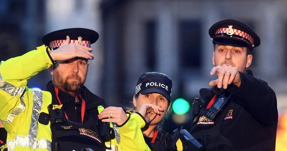 Polak, który w piątek pomagał w obezwładnianiu terrorysty na London Bridge, opuścił szpital. Pan Łukasz, bo tyle tylko o nim wiadomo, został ranny w rękę. Rzucił się na zamachowca z kłem wieloryba w ręku. Ściągnął go ze ściany Fishmongers' Hall - budynku, w którym pracuje. Następnie wybiegł na ulicę i tam z grupą mężczyzn usiłował obezwładnić napastnika.
