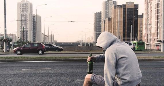 W niedzielę do szpitala trafił kompletnie pijany 13-letni chłopiec z Oświęcimia. Miał w organizmie 3,7 prom. alkoholu. Policja ustala, kto dał dziecku alkohol.
