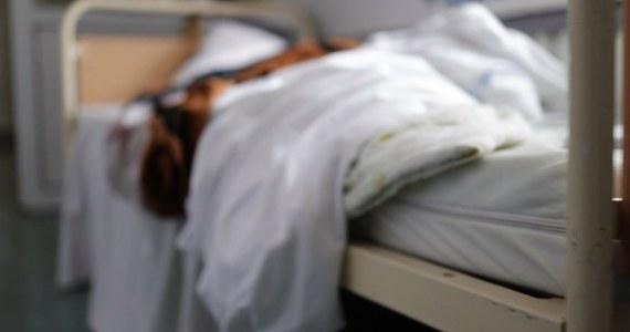 Łóżka na korytarzach, przepełnione sale, przepracowani lekarze, miesiące oczekiwania na przyjęcie, walka o każdą złotówkę – to trudna rzeczywistość oddziału psychiatrii dziecięcej szpitala im. J. Babińskiego w Łodzi. W tym momencie personel ma pod opieką 35 osób. Już raz oddział znalazł się na skraju upadku – udało się go uratować, ale sytuacja nadal jest krytyczna.