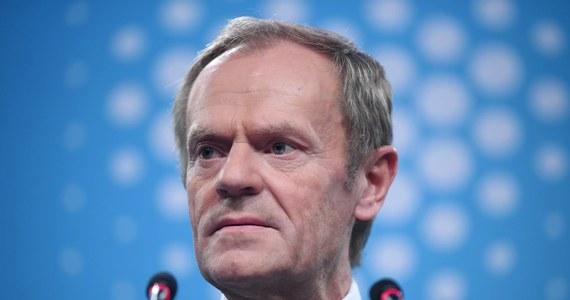 """""""To, co jest najgroźniejsze i najdramatyczniejsze, to nie to, że któryś z podopiecznych prezesa Kaczyńskiego chce czy nie chce podać się do dymisji, prowadzi hotel na godziny, czy jest jego właścicielem. Problemem jest to, że zbudowano polityczny system, który stał się taką windą do nieba dla tego typu ludzi. Przecież to jest koszmar"""" - mówił w TVN24 były premier, a obecnie szef Europejskiej Partii Ludowej Donald Tusk, odnosząc się m.in. do sprawy szefa Najwyższej Izby Kontroli Mariana Banasia. """"Konstytucyjne władze państwa za nic mają prawo i nadal są gotowe to prawo naruszać i łamać"""" - ocenił. """"I o tym musimy krzyczeć każdego dnia, a nie, czy pan Banaś jest mniej czy bardziej uczciwy"""" - dodał."""