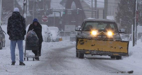 Od niedzieli do poniedziałku rano na wschodnim wybrzeżu Stanów Zjednoczonych odwołano 900 lotów, a 7,5 tys. było opóźnionych - informuje telewizja CNN. Opady śniegu w Nowej Anglii i Nowym Jorku utrudniły milionom Amerykanów powroty po długim weekendzie.