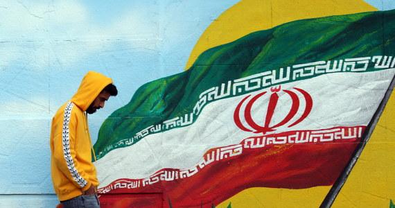 """Siły bezpieczeństwa zabiły """"uczestników zamieszek"""" w wielu miastach – podała irańska telewizja publiczna. Według Amnesty International życie straciło 208 osób. W Iranie od tygodni trwają demonstracje związane z podwyżką cen benzyny."""