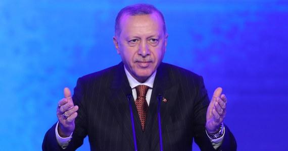Turcja sprzeciwi się NATO-wskiemu planowi obrony dla państw bałtyckich, jeśli sojusznicy z NATO nie uznają ugrupowań, z którymi walczymy, za terrorystów - zagroził prezydent Turcji Recep Tayyip Erdogan na konferencji prasowej w Ankarze przed wylotem do Londynu na szczyt Sojuszu. Ogłosił, że Turcja oczekuje bezwarunkowego wsparcia w walce z zagrożeniami terrorystycznymi. Równocześnie jednak Erdogan poinformował, że rozmawiał wczoraj telefonicznie z prezydentem RP Andrzejem Dudą i zgodził się spotkać z nim i przywódcami krajów bałtyckich w Londynie, by omówić problem tureckiego poparcia dla planów NATO.
