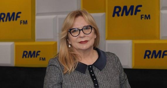 """""""Nie wiem nic o tym, że Elżbieta Witek miała w ręku dymisję Mariana Banasia. Nie wiem, czy dymisja pana Banasia była, trudno mi się do tego odnosić"""" - zapewniała w Porannej rozmowie w RMF FM Małgorzata Gosiewska. """"Rzeczywiście mamy sytuację trudną, wolelibyśmy, żeby to wyglądało inaczej. Wybór pana Banasia był błędem, na pewno"""" - przyznała wicemarszałek Sejmu. """"Liczymy na to, że poda się do dymisji, jeśli nie, to przygotowywane są różne rozwiązania legislacyjne. Jest umocowany konstytucyjnie, ale do takiej sytuacji należałoby się przygotować"""" - stwierdziła. """"Banaś powinien podać się do dymisji, bo takich zasad przestrzegamy"""" - zapewniła Roberta Mazurka."""