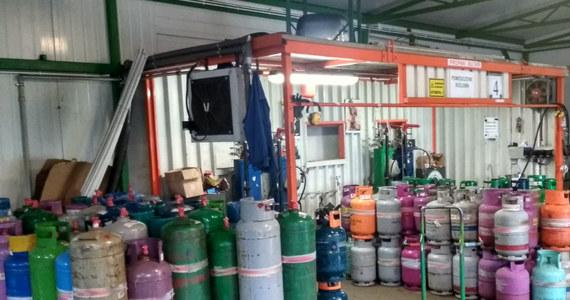 Zaopatrywali stacje LPG w gaz grzewczy zamiast w napędowy. Zorganizowaną grupę oszustów rozbili policjanci z CBŚP w Łodzi oraz funkcjonariusze skarbowi. Zatrzymano 11 osób.