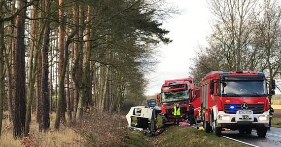 Do tragicznego w skutkach wypadku doszło na drodze wojewódzkiej w miejscowości Bukowicach na Dolnym Śląsku. W czołowym zderzeniu busa z ciężarówką zginęły 3 osoby, a 3 kolejne zostały ranne.