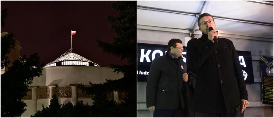Kancelaria Sejmu zwróciła się do Sądu Okręgowego w Olsztynie o uchylenie nakazu ujawnienia zgłoszeń kandydatów do tzw. nowej Krajowej Rady Sądownictwa i list poparcia dla nich. Ponad tydzień temu, nawiązując do ostatniego wyroku Trybunału Sprawiedliwości UE, zażądał tego sędzia Paweł Juszczyszyn - którego w konsekwencji zawieszono i wobec którego wszczęto postępowanie dyscyplinarne. Kancelaria Sejmu od miesięcy odmawia ujawnienia list poparcia do nowej KRS - mimo wyroku Naczelnego Sądu Administracyjnego.