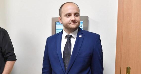 Policja przeszukała mieszkanie szczecińskiego radnego PiS Dariusza Mateckiego - informuje portal Onet.pl. Działania te były związane z zawiadomieniem ws. mowy nienawiści, która miała pojawiać się na zarządzanych przez Mateckiego stronach.