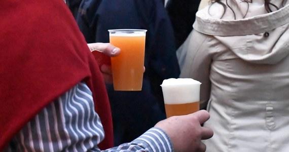 """""""Wejście w życie podwyżki akcyzy na wyroby alkoholowe i tytoniowe 1 lutego 2020 r., a nie 1 stycznia 2020 r. - to ubytek dochodu o 144 mln złotych - tłumaczył w Senacie wiceminister finansów Jan Sarnowski. Komisja budżetu i finansów publicznych we wtorek ruszyła z pracami nad nowelizacją ustawy o akcyzie. Przewiduje ona 10-proc. podwyżkę podatku na wyroby tytoniowe i alkoholowe."""