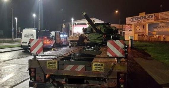 """Patrol Inspekcji Transportu Drogowego zatrzymał w Piotrkowie Trybunalskim dwie lawety przewożące czołgi T-72. """"Okazało się, że przekraczają dopuszczalne parametry na drodze krajowej, po której się poruszały"""" - poinformowali inspektorzy."""