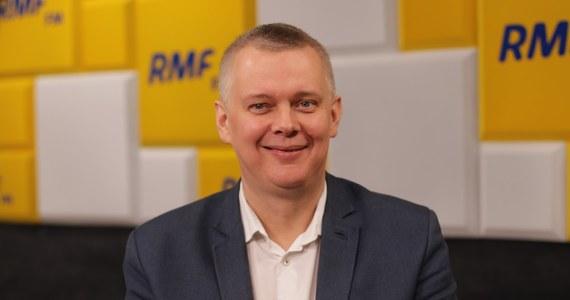 """""""Na pewno PO nie stoi nad przepaścią, partie które stoją nad przepaścią, nie organizują prawyborów, nie toczy się w nich rywalizacja o władzę"""" - zapewnił w Porannej rozmowie w RMF FM Tomasz Siemoniak. """"Na razie Bogdan Zdrojewski mnie nie przekonał"""" - tak gość Roberta Mazurka skomentował zapowiedź Zdrojewskiego, że wystartuje on w wyborach na szefa Platformy. """"Szefa będziemy wybierać w styczniu, zobaczymy, kto się zgłosi. Popieram Grzegorza Schetynę, ale to nie znaczy, że nie ciekawi mnie, kto wystartuje"""" - tłumaczył Siemoniak."""