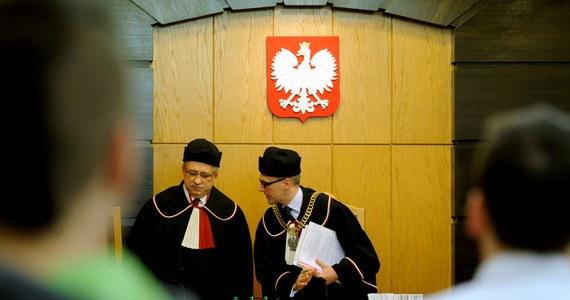 Niestety, koniec naszej kadencji przypada na czas, w którym ponad 30-letni dorobek Trybunału Konstytucyjnego w dużej mierze został zakwestionowany i zaprzepaszczony - piszą dziś sędziowie TK - już w stanie spoczynku. Profesorowie Piotr Tuleja i Marek Zubik stwierdzają, że obecny Trybunał nie jest w stanie stać na straży demokratycznego państwa prawa.