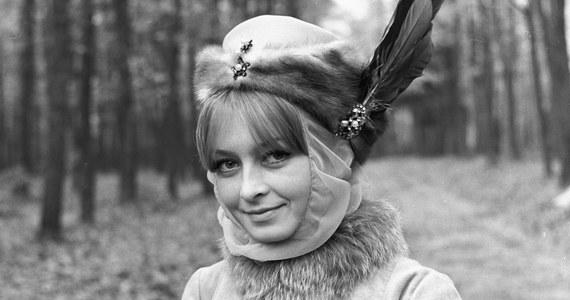 Barbara to szóste najpopularniejsze kobiece imię w Polsce; nosi je blisko 505 tys. pań i dziewcząt - poinformowało Ministerstwo Cyfryzacji. Resort oświadczył też, że Mikołaj zajmuje 59. miejsce w rankingu imion męskich, ale od połowy roku rodzice coraz częściej nazywają tak synów.