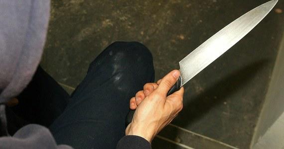 Policjanci zatrzymali 39-letniego Marcina P., który w piątek zaatakował kierownika pociągu ostrym narzędziem. Napastnik pociął mu twarz.