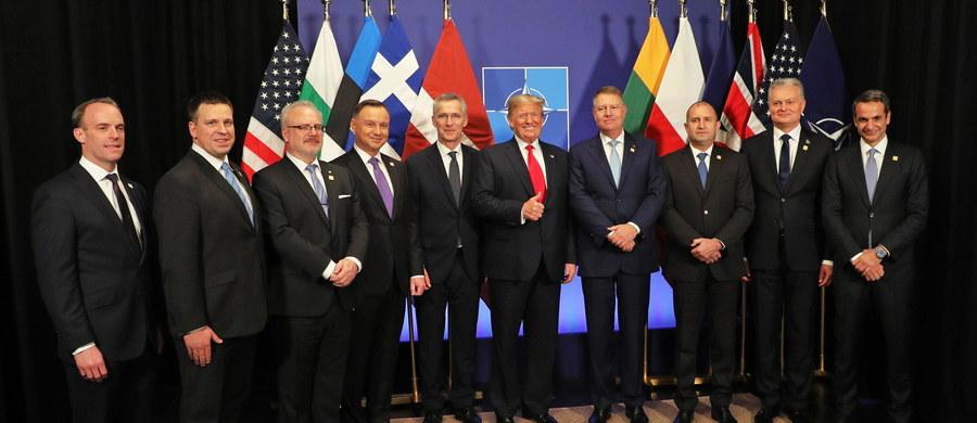 Z dużej chmury mały deszcz, tak chyba można określić - i to w pozytywnym sensie - doniesienia ze szczytu Paktu Północnoatlantyckiego w Londynie. Przez kilka tygodni żyliśmy w cieniu zbierającej się burzy, ze świadomością szybko rosnących w NATO podziałów i perspektywy niemal otwartego sporu. Nic takiego nie nastąpiło. Aktualizację planów obrony Polski i Państw Bałtyckich przyjęto bez sprzeciwu Turcji. Przywódcy państw Sojuszu nie ukrywali różnic zdań, trochę się nawet na siebie nawzajem poobrażali, ale ostatecznie nic fundamentalnie złego się nie wydarzyło. Dla nas to był udany szczyt. Można odetchnąć z ulgą? Owszem, choć nie do końca.