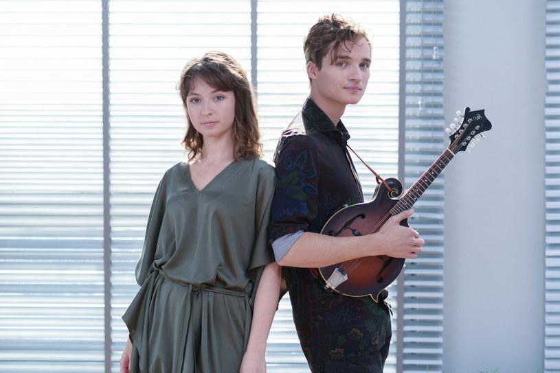 """""""Idzie zima"""" to specjalny świąteczny singel nagrany przez zespół Kwiat Jabłoni we współpracy z projektem Bum Bum Orkestar."""