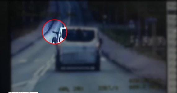 Kierowca samochodu dostawczego wyprzedził inne auto nie wiedząc, że to policja, i wyrzucił śmieci przez okno. Musiał się zatrzymać, poszukać śmieci, wyrzucić je do kosza, a do tego zapłacić 200 złotych mandatu. Do zdarzenia doszło w Gliwicach.