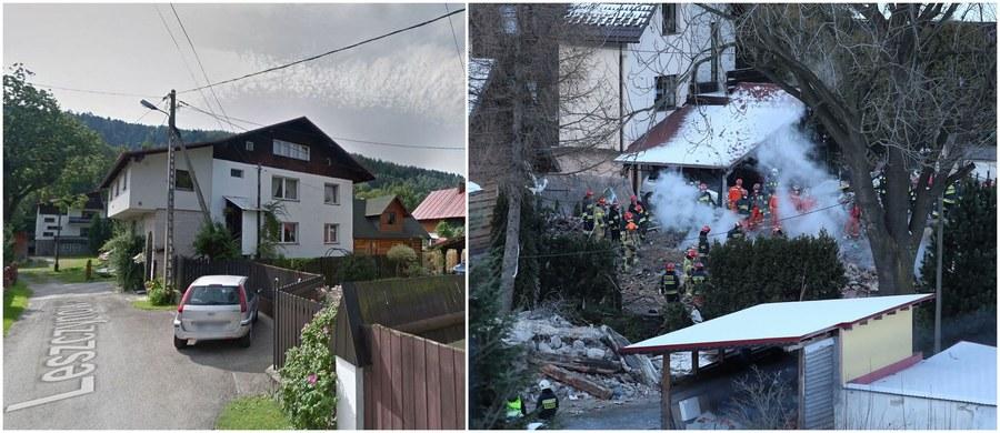 Trzykondygnacyjny budynek, z mocnymi zbrojeniami. Pracujący na miejscu strażacy musieli ciąć stalowe elementy i kuć ściany i stropy młotami ręcznymi. To ten dom przy Leszczynowej 6 w Szczyrku zrównała z ziemią eksplozja gazu. Budynek i jego otoczenie - sprzed tragicznego wybuchu - można zobaczyć na Google Street View.