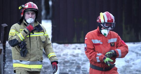 Kilkadziesiąt minut przed wybuchem w Szczyrku mierniki gazu pokazały zmianę ciśnienia w sieci - mówi reporterowi RMF FM Grzegorzowi Kwolkowi rzecznik Polskiej Spółki Gazownictwa. Zapewnia, że osoba, która wczoraj nadzorowała pracę sieci gazowej w Szczyrku, od razu wysłała na miejsce ekipę pogotowia gazowego. Niestety, mimo szybkiego wyjazdu, na miejscu gazownicy byli za późno. W wyniku eksplozji zawalił się dom i wybuchł pożar. Od środy na rumowisku trwała akcja ratownicza. Znaleziono ciała 8 osób - czworga dzieci i czwórki dorosłych.