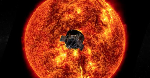"""Sonda Parkera rozpoczęła złotą erę badań Słońca, po raz pierwszy ludzkość może na poważnie zająć się poznawaniem najbliższej nam gwiazdy - pisze w artykule redakcyjnym tygodnik """"Nature"""". Czasopismo opublikowało właśnie serię prac naukowych, które są owocem pierwszego etapu misji sondy, która od sierpnia ubiegłego roku okrążyła Słońce już trzykrotnie. Przeanalizowane do tej pory wyniki dotyczą kilku obszarów badań naszej gwiazdy i są sensacyjne."""