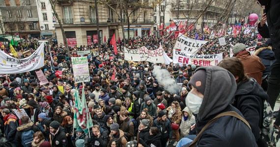 Starcia demonstrantów z policją. W całej Francji odbyły się dziś manifestacje przeciwko reformie systemu emerytalnego. Policja musiała interweniować przeciwko wszczynającym zamieszki. W Paryżu podpalano samochody i rozbijano szyby.