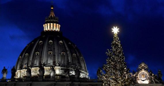 """Po zmierzchu w czwartek zapłonęły lampki na choince na placu Świętego Piotra. Odsłonięta została też ustawiona obok szopka. Drzewko i żłóbek są darami z terenów na północy Włoch, dotkniętych przez zeszłoroczne nawałnice. Przypominają o tym elementy dekoracji. Papież Franciszek mówił w czwartek ofiarodawcom szopki i choinki dla Watykanu, że chrześcijańskie znaki Bożego Narodzenia są czasem usuwane i pozostają wyłącznie jego """"banalne, komercyjne"""" symbole. Świat, jak dodał, boi się pamiętać, czym jest Boże Narodzenie."""