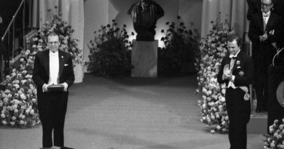 """10 grudnia 1980 roku Czesław Miłosz odebrał w Sztokholmie nagrodę z rąk króla Szwecji Karola XVI Gustawa. """"Na cześć Miłosza odegrano wtedy mazura z """"Halki"""" Stanisława Moniuszki"""" - wspomina w rozmowie z RMF FM Mirosław Chojecki, wydawca, działacz opozycji w PRL i producent filmowy, który tego dnia towarzyszył nobliście w szwedzkiej stolicy. """"Frak pożyczyłem od jednego z muzyków Filharmonii Narodowej"""" - dodaje z uśmiechem."""