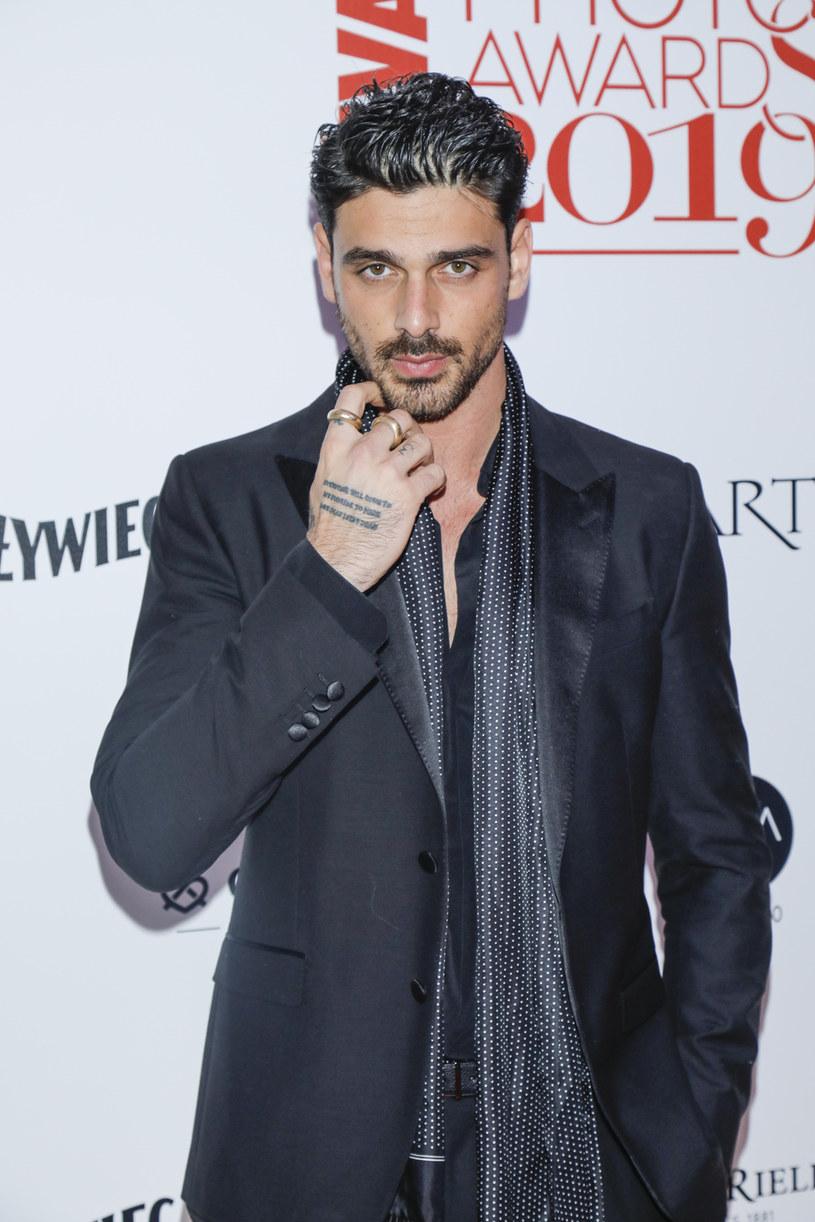 """Michele Morrone, 29-letni Włoch, który wcielił w przystojnego bossa mafii w filmie """"365 dni"""", chwali tę produkcję. Podoba mu się to, że ekranizacja powieści Blanki Lipińskie pokazuje seks o wiele śmielej niż adaptacja """"50 twarzy Greya""""."""