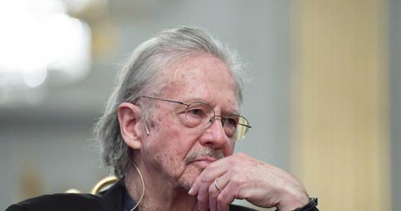 """Konferencję prasową Petera Handkego zdominował temat jego wypowiedzi o wojnie w byłej Jugosławii. """"Nie mam zdania na temat wojny w Jugosławii. Nie mam opinii. Lubię literaturę, a nie opinie"""" - mówił tegoroczny laureat literackiej nagrody Nobla."""