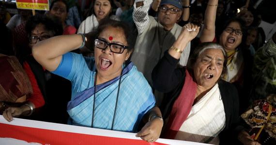 23-letnia ofiara gwałtu sprzed roku, która została oblana benzyną i podpalona, gdy udawała się w czwartek na rozprawę sądową w tej sprawie, zmarła w nocy z piątku na sobotę - poinformował szef oddziału poparzeń szpitala Safdarjung w New Delhi dr Shalabh Kumar.