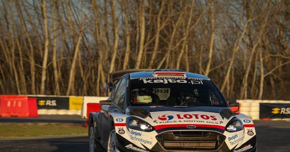 """Wicemistrz Świata w kategorii WRC2 Kajetan Kajetanowicz wygrał 57. Rajd Barbórka. To dla kierowcy z Ustronia siódmy triumf w tej imprezie. Dzięki temu został samodzielnym liderem klasyfikacji wszechczasów. Podczas sobotnich zmagań """"Kajto"""" wyprzedził Fina Jari Huttunena i aktualnego mistrza Polski Mikołaja Marczyka. To właśnie ta trójka podzieliła się zwycięstwa na odcinkach specjalnych."""