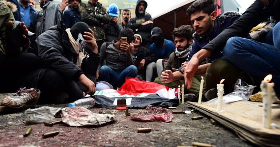 Do 17 wzrósł bilans ofiar śmiertelnych piątkowych zajść w Bagdadzie, gdzie nieznani sprawcy otworzyli ogień do manifestantów - podały źródła medyczne. Początkowo informowano, że zastrzelono 12 osób. W sobotę podano, że 5 osób zmarło w szpitalu z powodu ran. Zamieszki były kontynuowane całą noc. Jak informuje AP, 25 zabitych i 130 rannych to bilans piątkowych zajść.