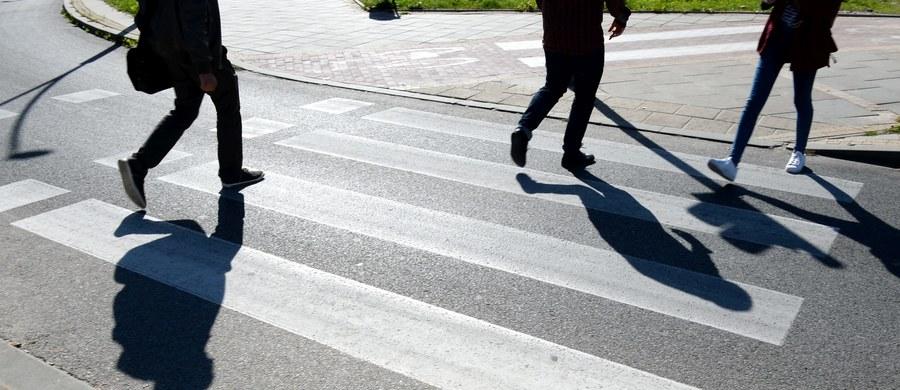 Na policję zgłosił się kierowca, który około godziny 7 na ulicy Klasyków w Warszawie potrącił mężczyznę na przejściu dla pieszych. Ranny w ciężkim stanie trafił do szpitala.