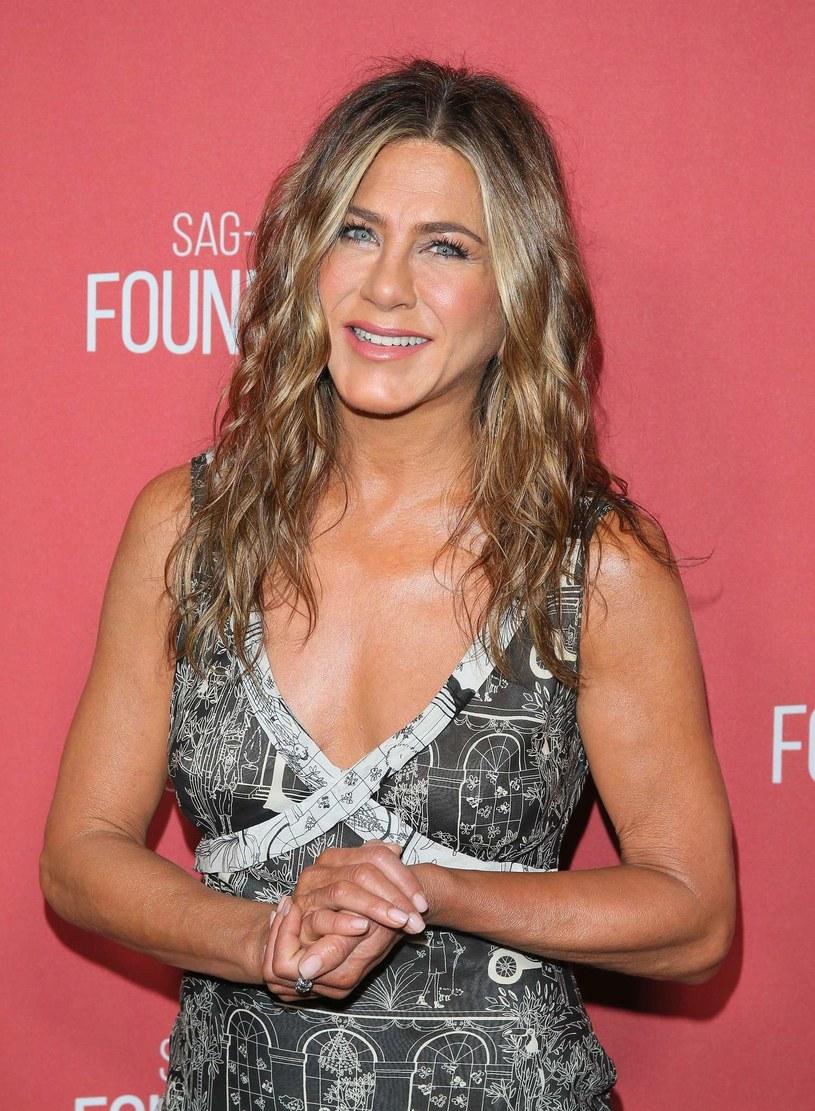 """Jennifer Aniston zastępuje Ellen DeGeneres w jej autorskim programie i chwilowo jest gospodynią popularnego telewizyjnego show. Co ciekawe, zdjęcia do show nagrywane są w Warner Bros. Studios w Burbank, w Los Angeles, czyli tam, gdzie śledziliśmy losy szóstki przyjaciół w kultowym sitcomie NBC """"Przyjaciele"""". W studiu organizowane są wycieczki, podczas których fani mogą poczuć się jak na planie """"Przyjaciół"""". Serialowa Rachel postanowiła się ich zaskoczyć i przywitać się z nimi."""