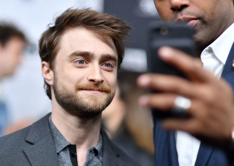 Księżna Sussex, będąca wciąż pod ostrzałem mediów, może liczyć na wsparcie wielu osób publicznych. Wśród nich jest Hillary Clinton, Naomi Campbell i Daniel Radcliffe. Odtwórca roli słynnego czarodzieja Harryego Pottera wypowiedział się na ten temat podczas wywiadu telewizyjnego.
